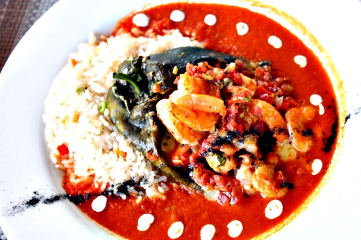 Chile poblano relleno de camarón.